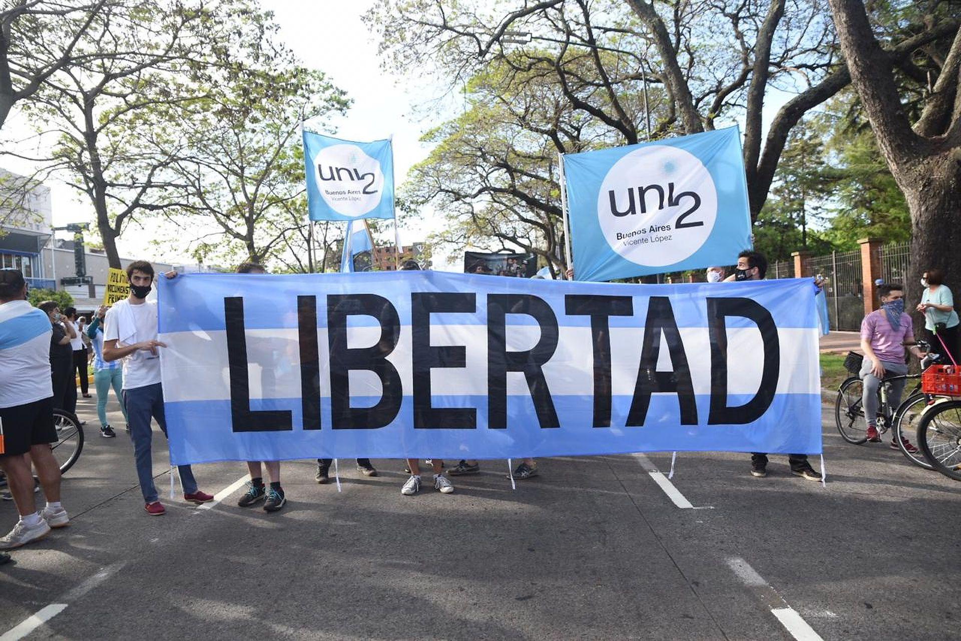 Banderazo del #8N frente a la Quinta de Olivos.
