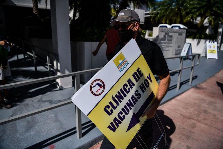 Un centro de vacunación de Miami Beach, Florida