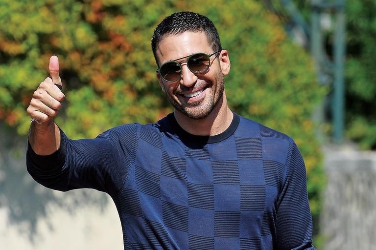 Siempre sonriente, el actor español está feliz con el éxito de la serie Sky Rojo, tanto en España como en Argentina.