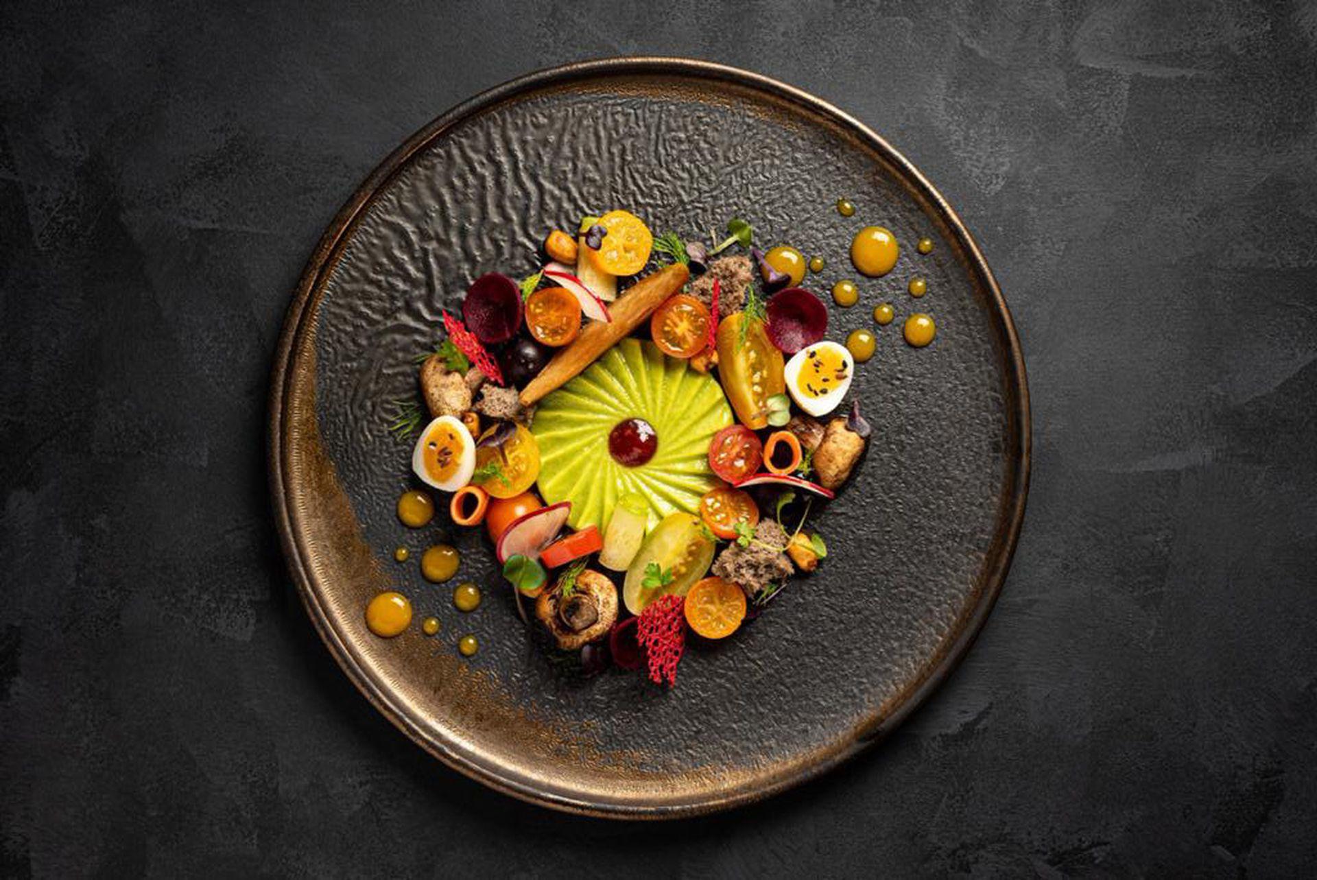 Espiral de palta con mermelada de tomates asados, huevos de codorniz, peras asadas, tomates de la huerta, vegetales encurtidos, maíz y boniato crujiente.