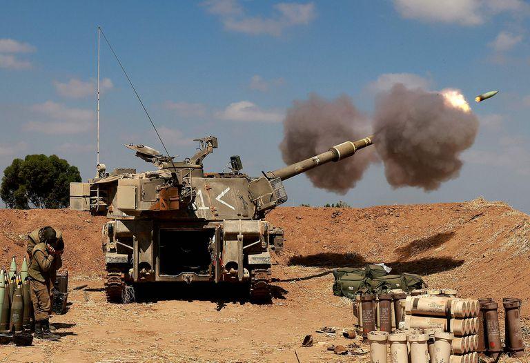 Soldados israelíes dispararon un mísil autopropulsado de 155 mm hacia la Franja de Gaza desde su posición cerca de la ciudad de Sderot, en el sur de Israel
