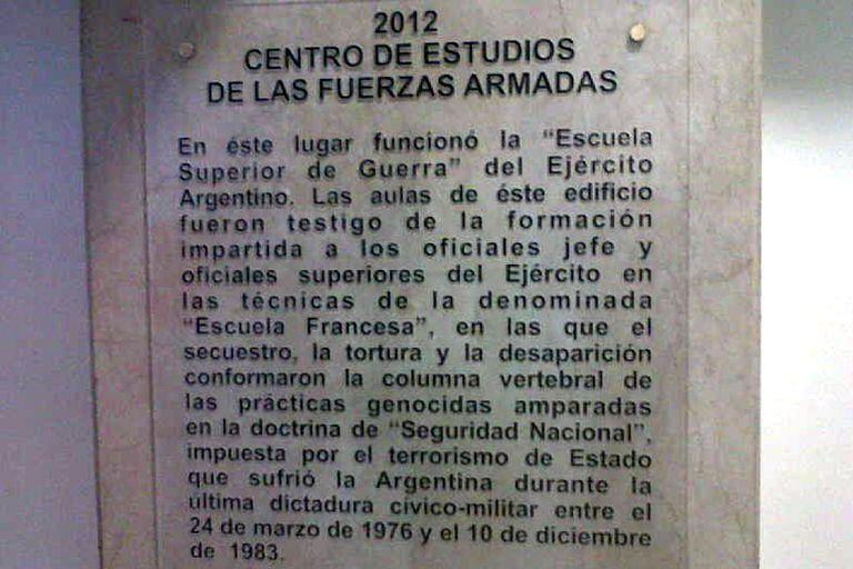 La placa que fue tapada recordaba que militares argentinos recibieron instrucciones para realizar secuestros y torturas por parte de las fuerzas francesas
