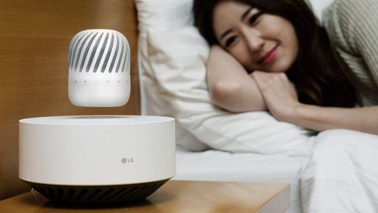 El parlante inalámbrico de LG puede levitar hasta 10 horas para luego reposar en la base y recargar el dispositivo