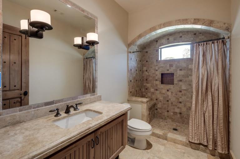 La residencia cuenta con cinco baños y un toilette