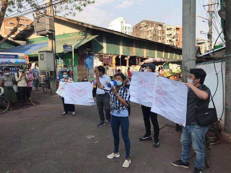 La primera protesta callejera en Rangún fue encabezada por jóvenes el 4 de febrero en el municipio de Sanchaung contra el dictador militar.