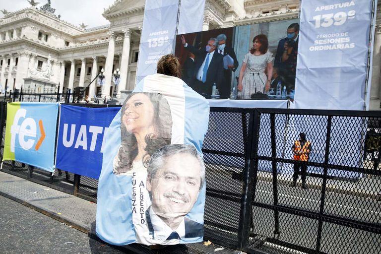 En la zona del Congreso, había más banderas partidarias que militantes.