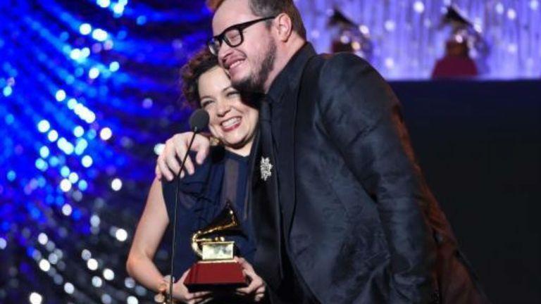 Natalia Lafourcade con solo uno de los numerosos Grammys obtenidos