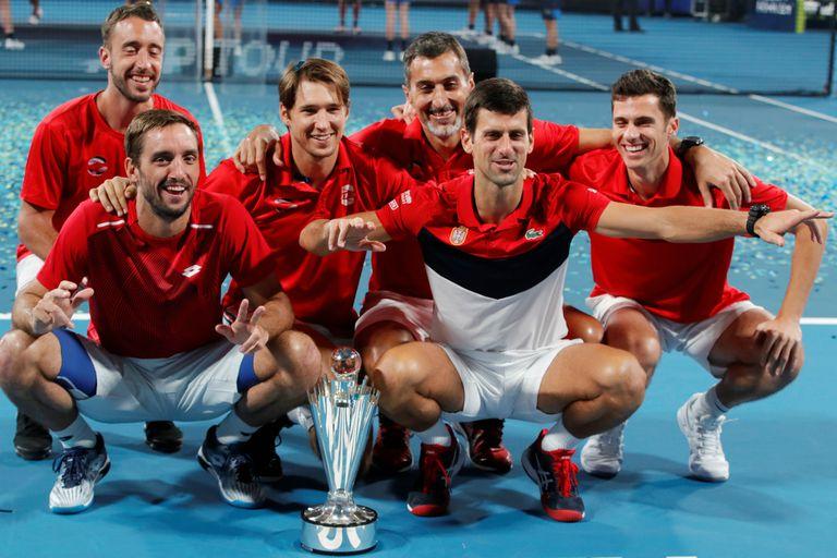 Troicki y Djokovic lideran el festejo de Serbia, con el trofeo de la flamante ATP Cup