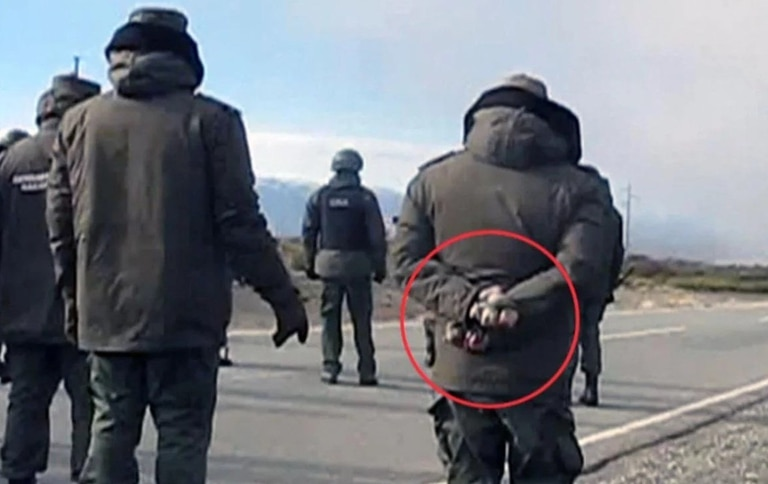 Ayer se filtró una foto en la que se ve a un gendarme que participó del operativo de desalojo de la ruta 40 con varias piedras en las manos