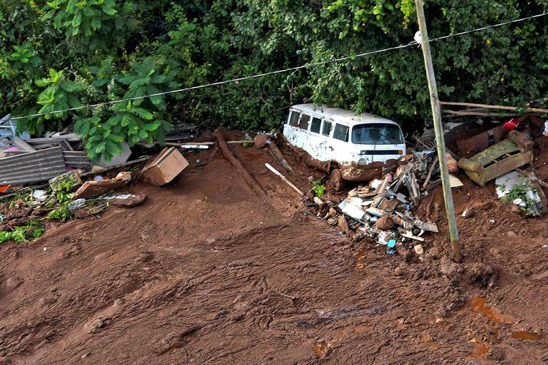 Restos de viviendas y vehículos fueron arrastrados por el barro