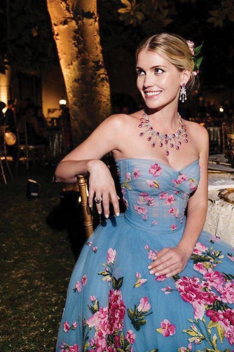 """Domenico Dolce y Stefano Gabbana crearon en total cinco vestidos para que Kitty usara a lo largo de la noche, según explicaron ellos, para celebrar """"la belleza de la novia, la pasión por la alta costura y la plena felicidad del momento"""". Ella es embajadora de la marca Dolce & Gabbana"""