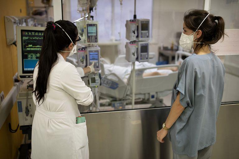 La demanda en las salas de terapia intensiva de la ciudad tuvieron un leve descenso, aunque en algunos sitios, como en el CEMIC de Recoleta, están al límite de su capacidad