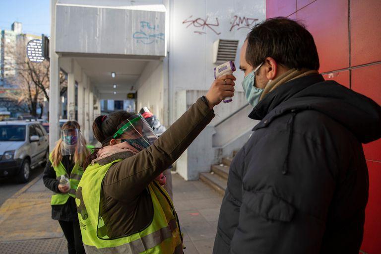 Agentes del Instituto de la Vivienda de la Ciudad le toman la fiebre a los vecinos en Villa Lugano
