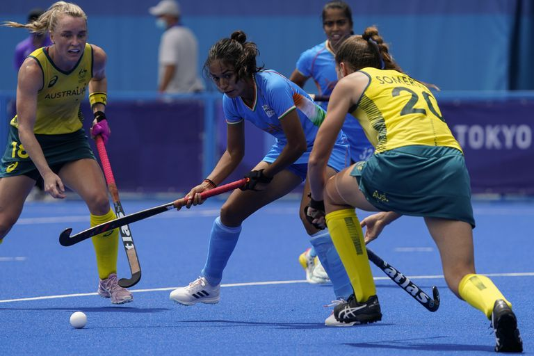 La india Monika, busca pasar contra la australiana Karri Somerville