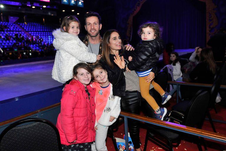 Axel y su esposa Delfina, junto a sus tres hijos, Agueda, Aurelia y Fermín