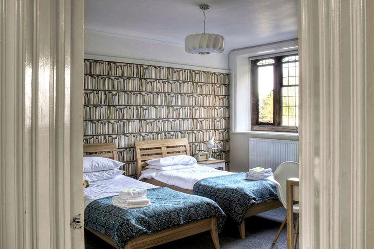 Ofrece 26 habitaciones de diseño minimalista y austero, ambientado según la temática