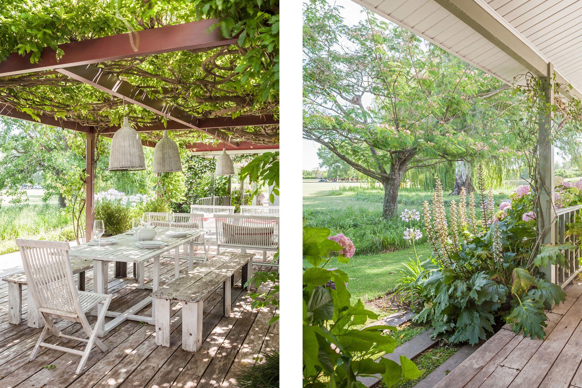 La madera del deck y los muebles, sumada al mimbre de las lámparas, le da a este comedor rodeado de verde una impronta rústica y natural.