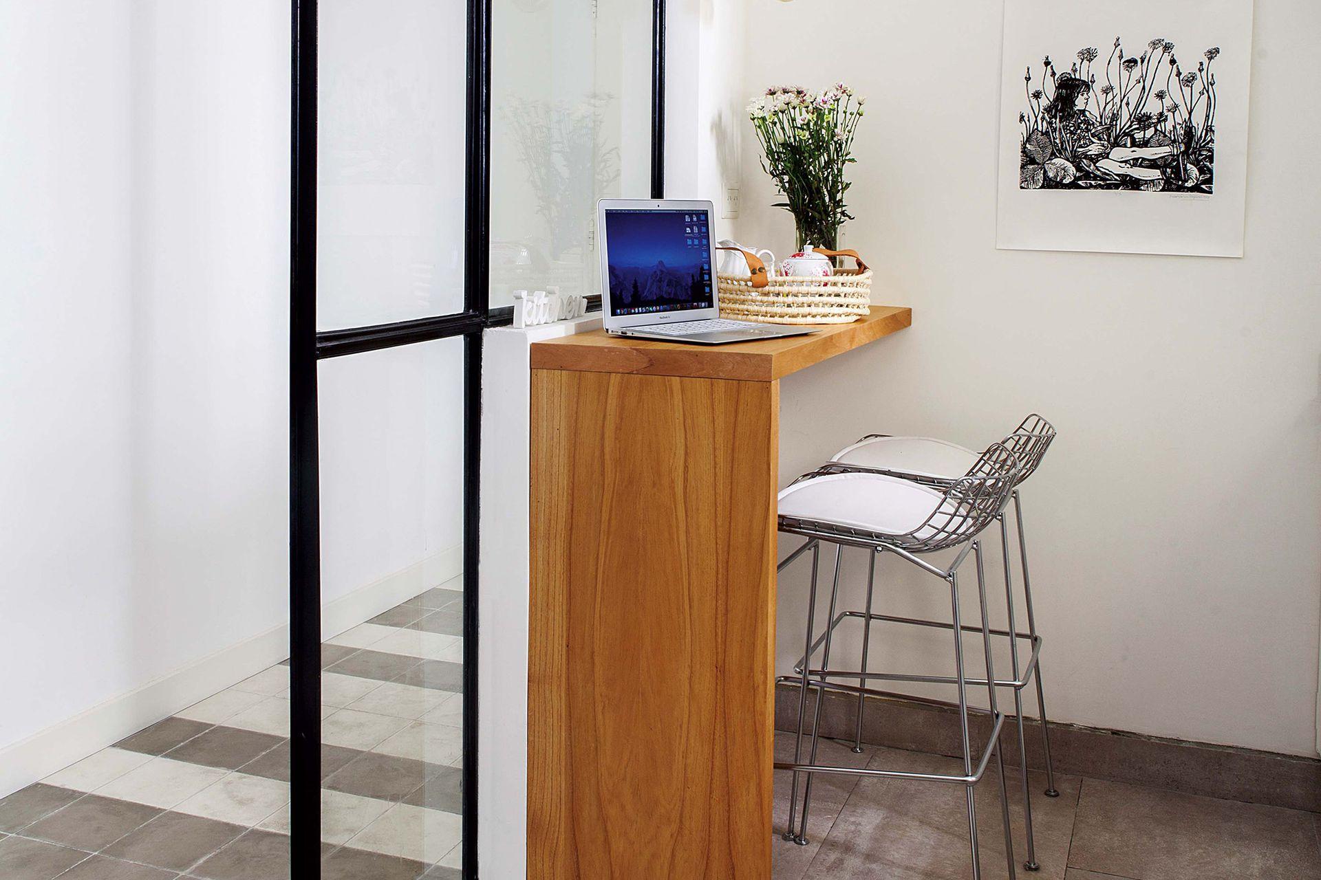 La altura de la barra se elevó para coincidir con el recorte de la pared. El resultado es tan cómodo que se convirtió en el espacio de home working de Macarena.