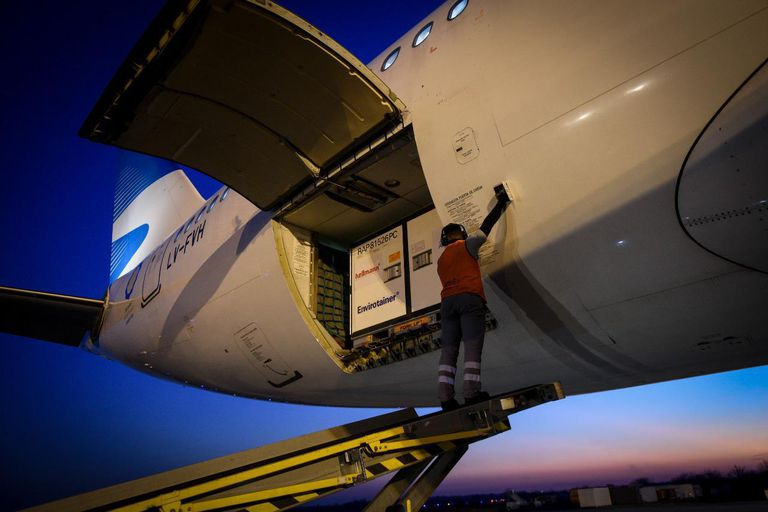 Como parte de un contrato trimestral de 24 millones de dosis, llegaron esta tarde un cargamento de 768 mil vacunas.