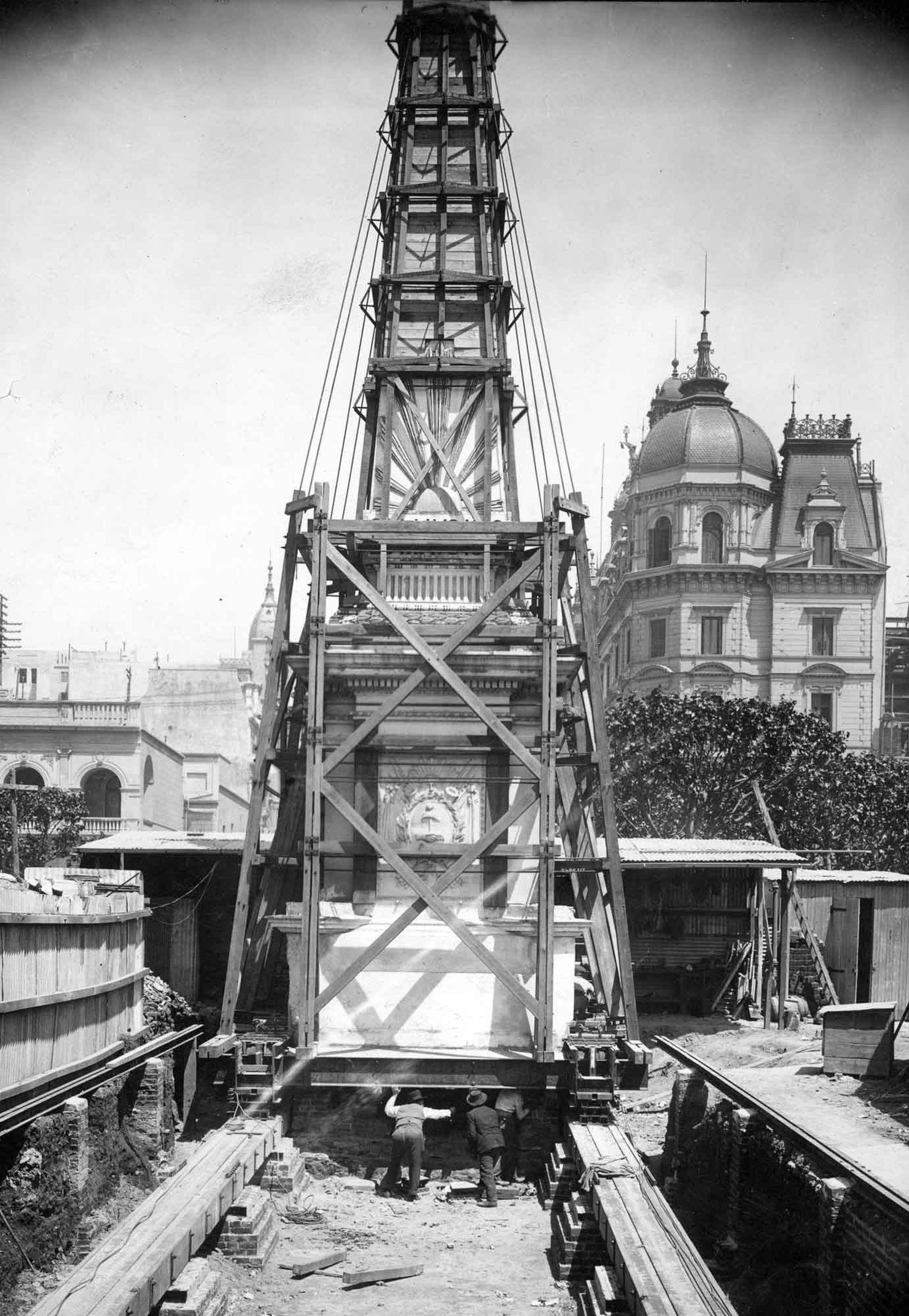 Para poder emplazar el nuevo monumento, llegaron a trasladar la Pirámide de Mayo en 1912.
