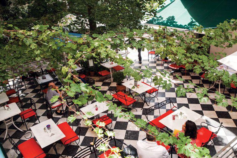 Las mesas al aire libre del restaurante del Museo Evita son muy codiciadas a cualquier hora
