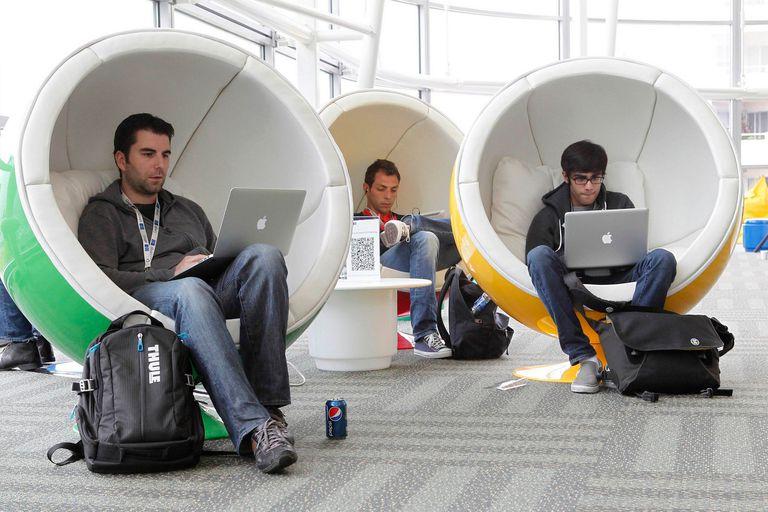 Un grupo de asistentes en la conferencia de desarrolladores i/o de Google en 2012. Para Jessica Powell, ex empleada de la compañía, las jerarquías en las tecnológicas están marcadas entre los ingenieros en la cima y el resto de las personas más abajo