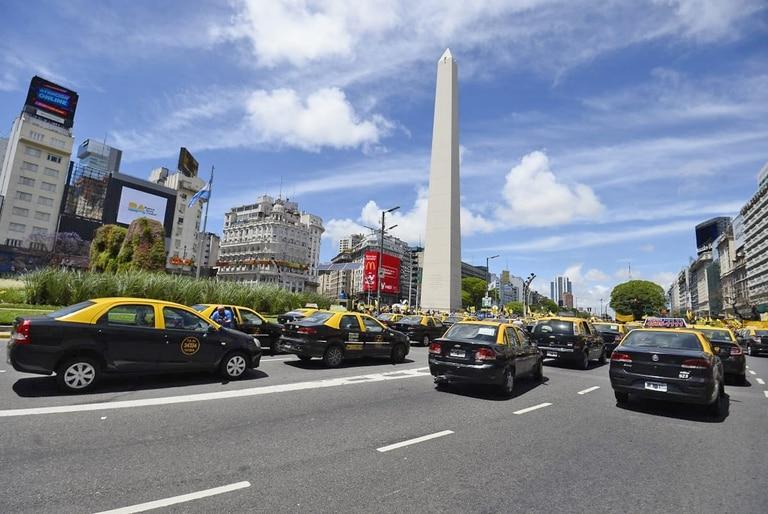 Gran cantidad de taxis en la zona del obelisco