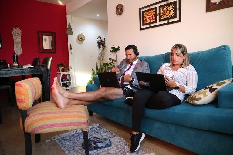Gabriel Scalerandi y Nany Cossettini se arreglan más de la cintura hacia arriba, para las reuniones por Zoom