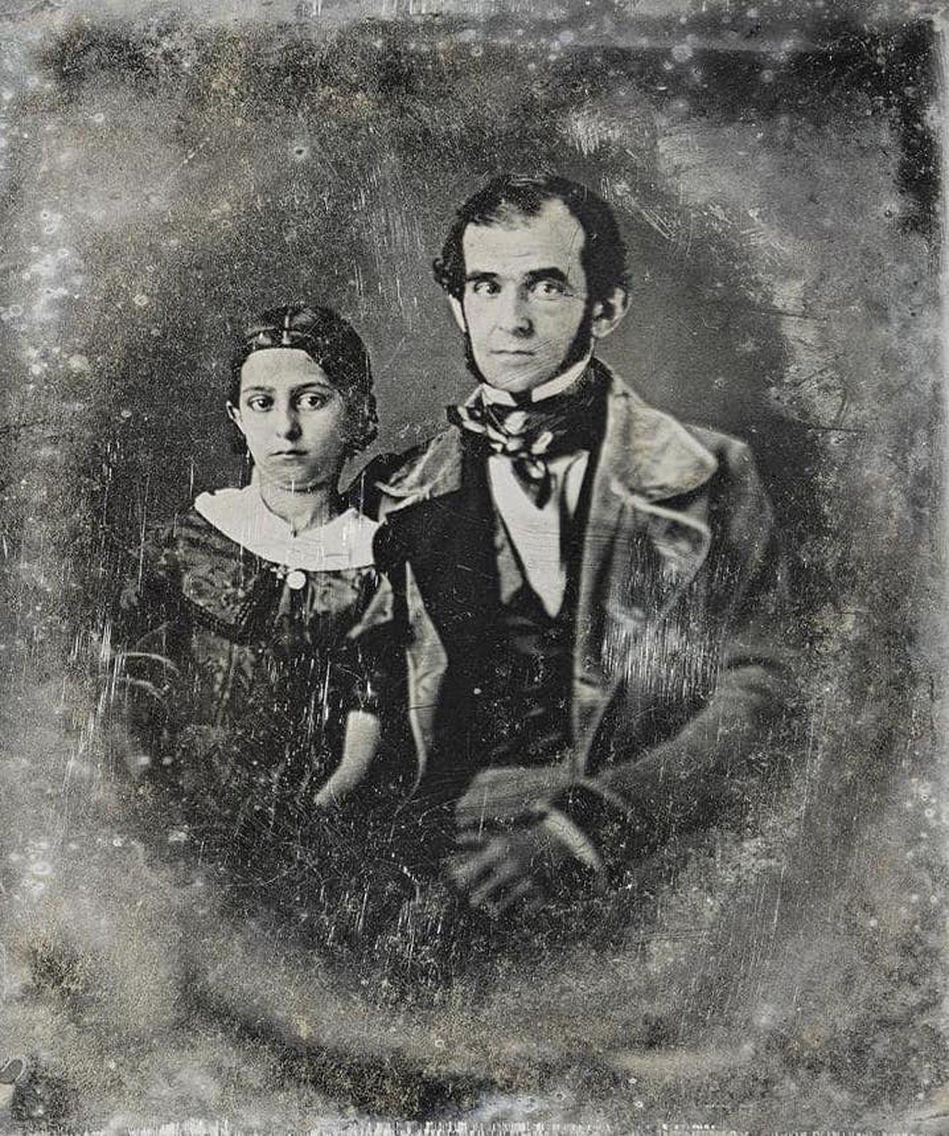 Florencio Varela en 1847, posando con su hija María en uno de los primeros  daguerrotipos que se tomaron en el Río de la Plata.