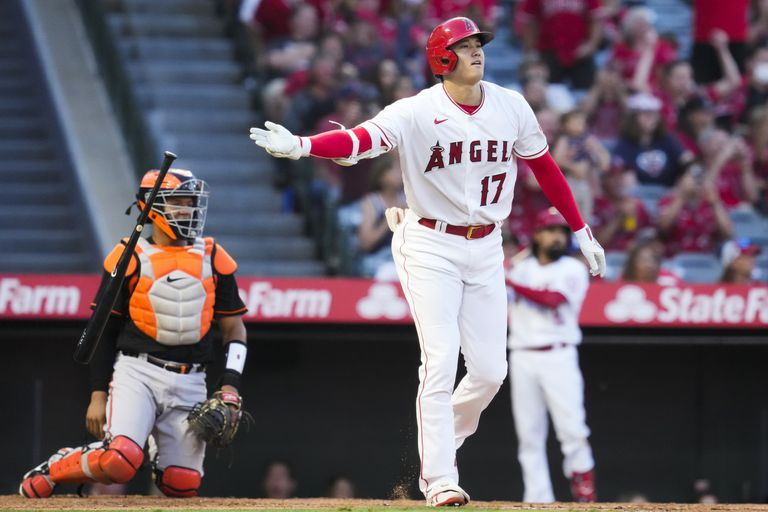 Shohei Ohtani (17), de los Angelinos de Los Ángeles, tira el bate tras conectar un jonrón de dos carreras en el tercer inning del juego de la MLB que enfrentó a su equipo con los Orioles de Baltimore, el 2 de julio de 2021, en Anaheim. (AP Foto/Ashley Landis)