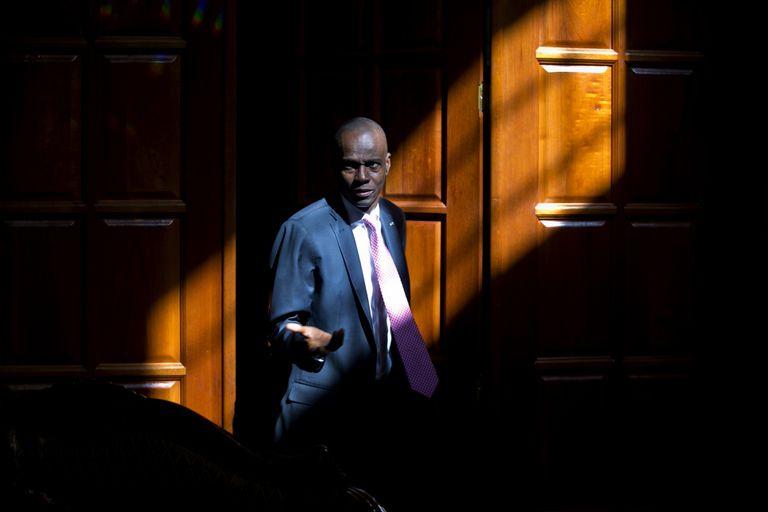 El presidente de Haití Jovenel Moïse en la puerta de su casa en Petion-Ville, un suburbio de Puerto Príncipe, Haití. Moïse (AP Foto/Dieu Nalio Chery, Archivo)
