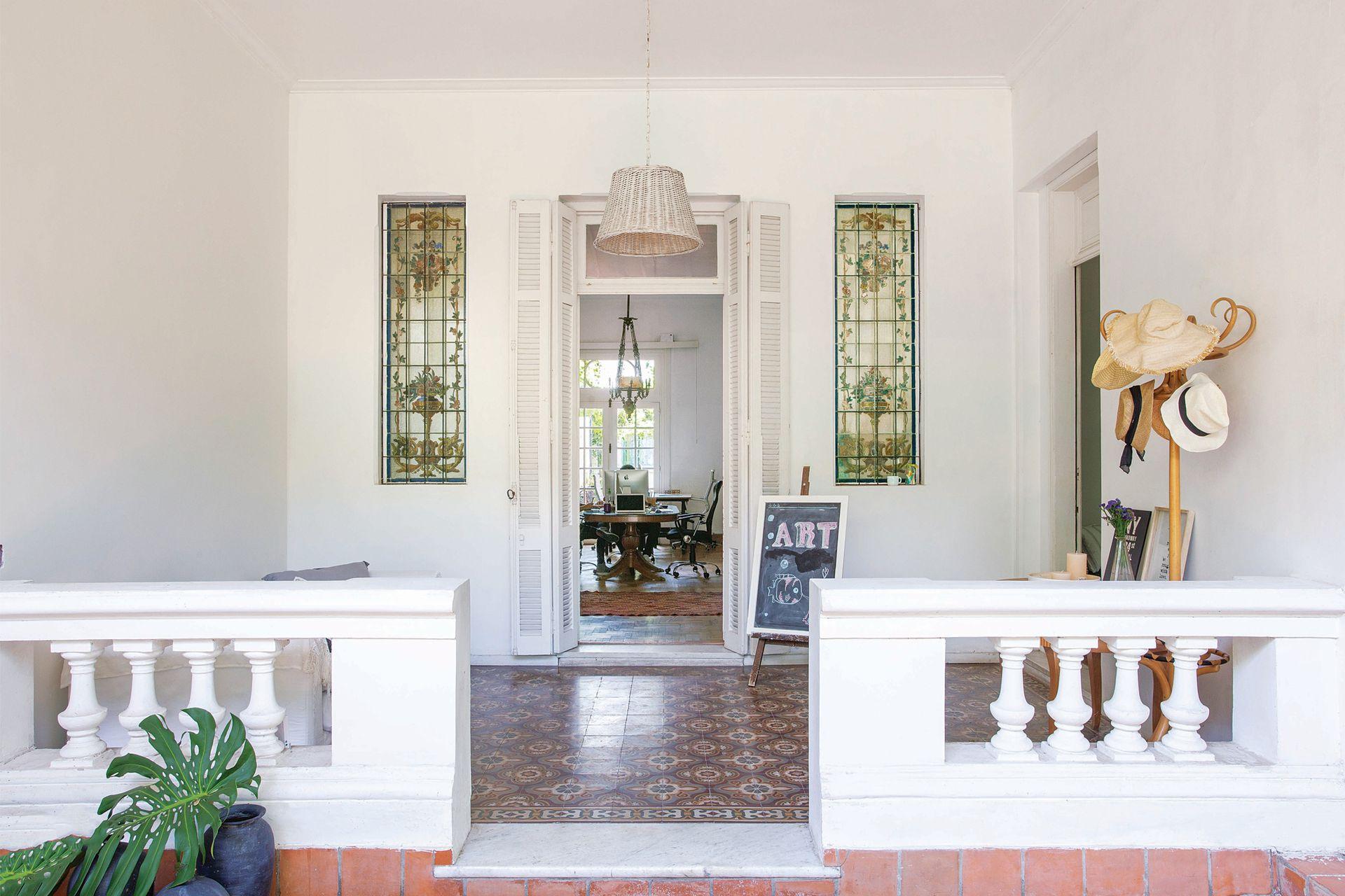 """""""Mantuvimos todas las aberturas, pisos y vitrales originales. Queríamos que todos pudieran percibir el espíritu tan especial de esta casa"""", Luli Fernández Navarro."""