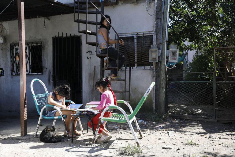 Tres niñas en un merendero del barrio La Mascota, en el partido de Tigre