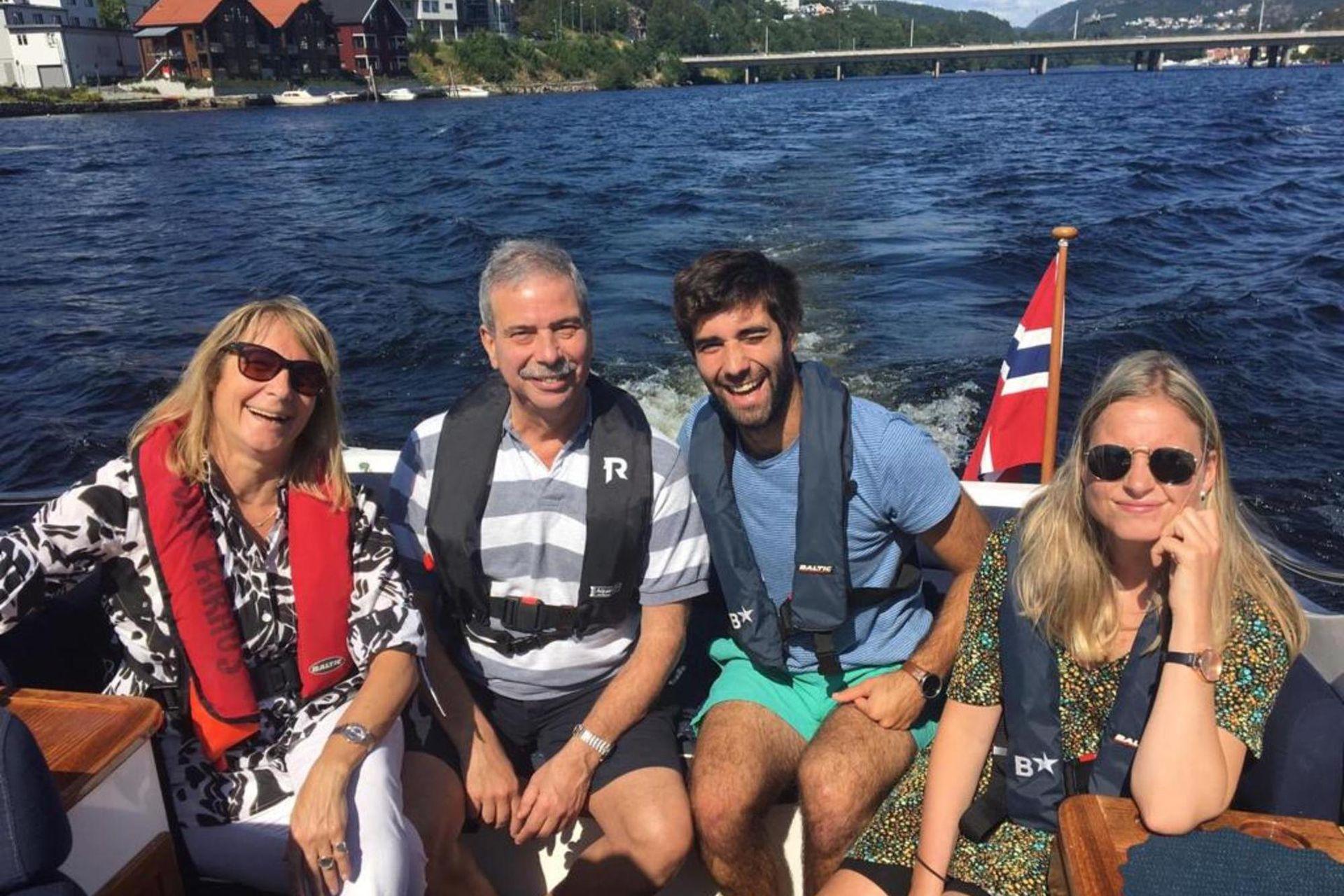 Los padres de Axel, Gustavo y Margarita, fueron de visitar a su hijo y a Helle en agosto de 2019, y los jóvenes los llevaron a pasear en ferry por el río Otra, en Kristiansand.