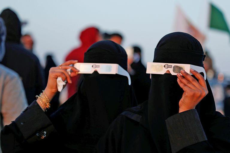 dos mujeres sauditas miran el eclipse en Hofuf, arabia Saudita
