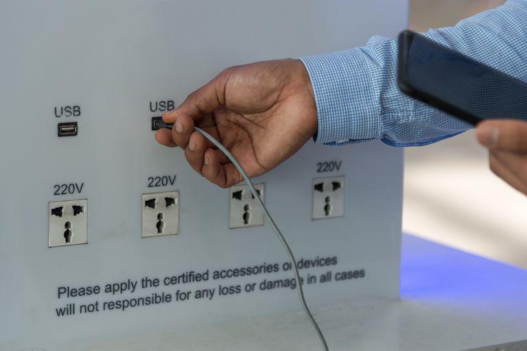 Para evitar los ataques de carga, los especialistas recomiendan evitar los puertos USB públicos y utilizar baterías portátiles y cargadores oficiales