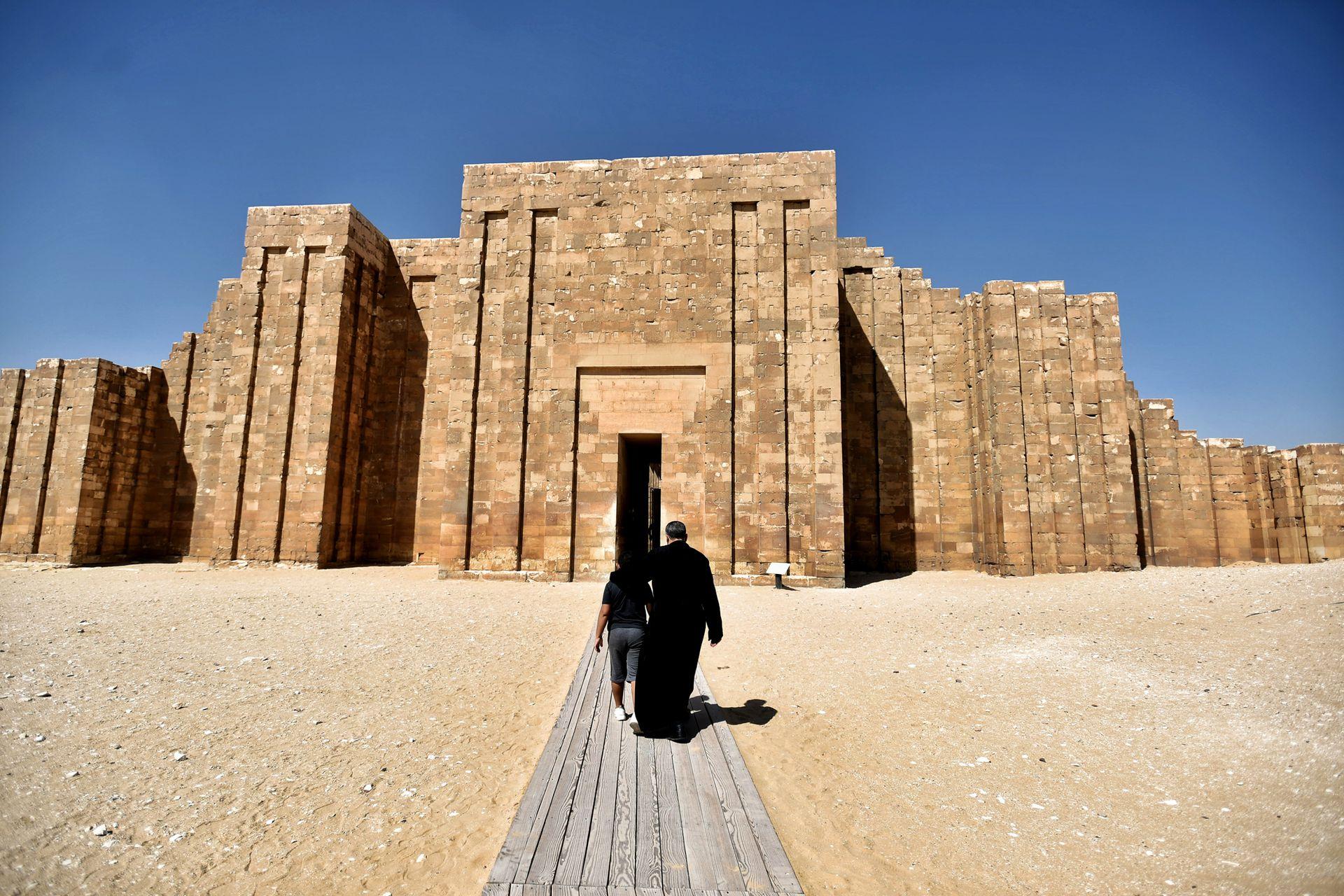 El complejo de 60 metros de altura consta de seis partes superpuestas sobre una tumba funeraria de 28 metros de profundidad y siete metros de ancho