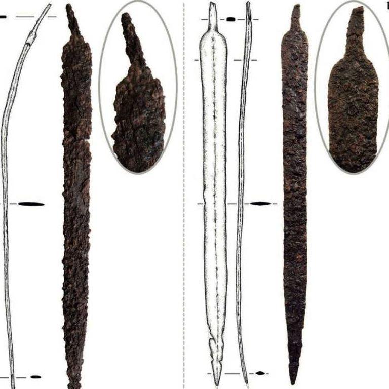 Una espada hallada en la excavación tiene una torcedura que tomó por estar apoyada cientos de años contra una pared de la localidad