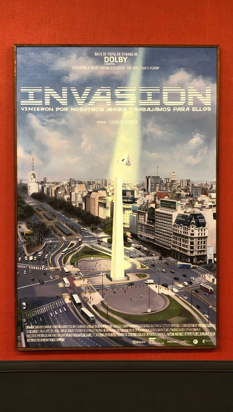 """Uno de los afiches de películas creados por Erlich, inspirado en el """"robo"""" de la punta del Obelisco"""