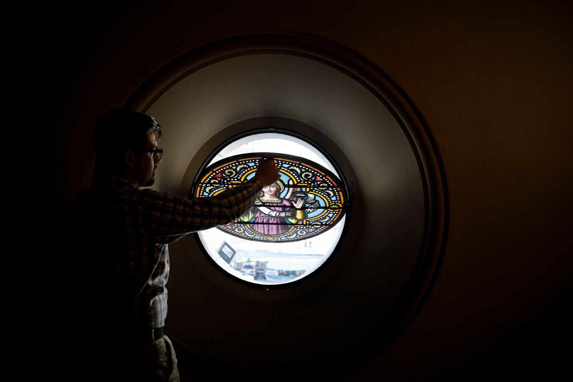 Uno de los vitrales que decoran el primer piso de la Basílica