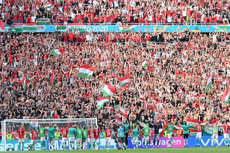 Jugadores húngaros celebran con su gente el empate en el partido con Francia por el Grupo F; el equipo de fútbol quedó envuelto en una tensa situación política por el gobierno del primer ministro Viktor Orban