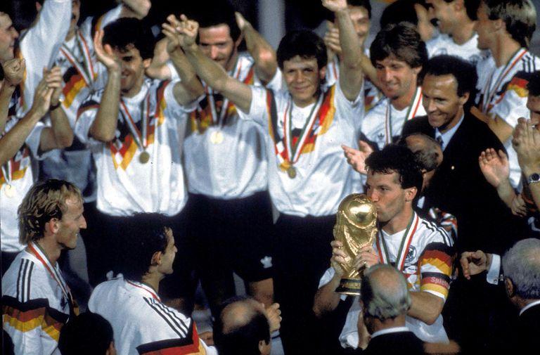 El momento cumbre: como capitán de Alemania, Lothar Matthäus recibe la Copa del Mundo en Italia 90