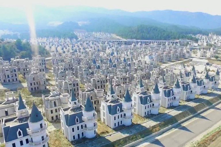 Como en un cuento de Disney, pero con el efecto de la dura realidad de un proyecto inmobiliario que los llevó a la quiebra