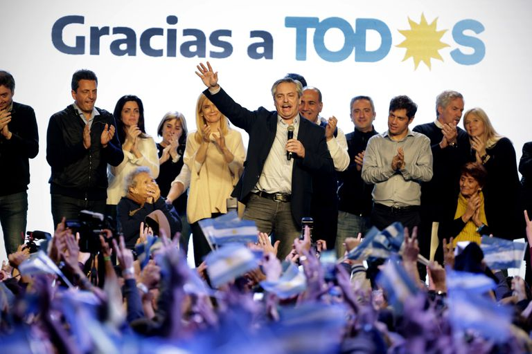 El candidato del Frente de Todos, Alberto Fernández, durante los festejos junto al resto de los postulantes del espacio