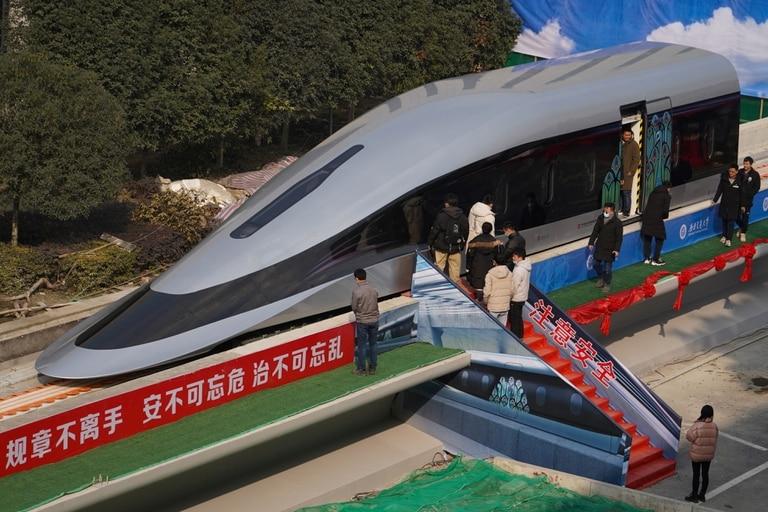 Una vista del prototipo de tren maglev equipado con la nueva tecnología de levitación en Chengdu, Sichuan