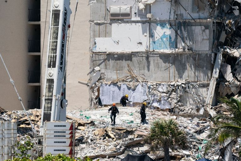 Trabajadores en el los escombros tras la caída del complejo de edificios en Miami