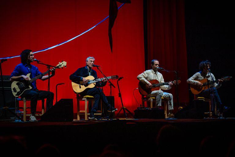 Caetano Veloso con sus tres hijos varones -Moreno, Zeca y Tom- en el Gran Rex. Este viernes vuelve a tocar