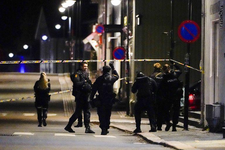 Policías en el lugar de un ataque con arco y flechas que dejó varios muertos y heridos en Kongsberg, Noruega, el miércoles 13 de octubre de 2021. (Hakon Mosvold Larsen/NTB Scanpix vía AP)