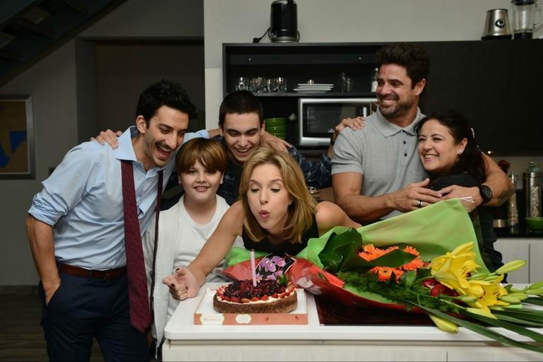 Sus compañeros de elenco le festejaron a Carla Peterson un cumpleaños sorpresa. La actriz cumple hoy 44 años.