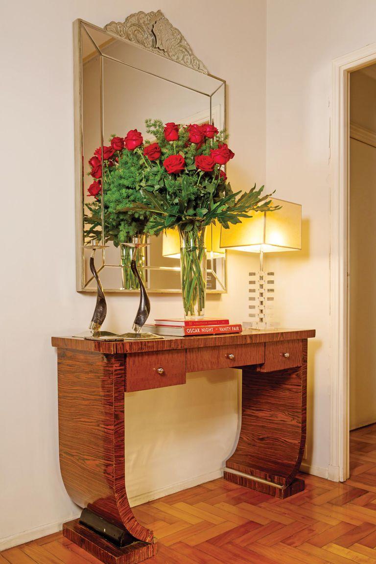 El dressoire art deco de 1940, comprado en San Telmo, y el espejo veneciano, son el marco perfecto para las rosas.
